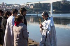在庆祝耶稣洗礼期间俄罗斯正教会教区的  图库摄影