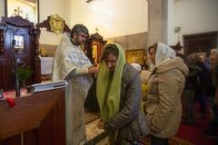 在庆祝耶稣洗礼期间俄罗斯正教会教区的  免版税库存照片