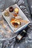 在床、一个盘子用乳酪, grissini、果酱从年轻冷杉球果和一个蜡烛用早餐 圣诞节森林上了凸边早晨多雪的线索宽冬天 蜜月 在美丽的鸟云彩之上颜色及早飞行金子早晨本质宜人的平静的反映上升海运一些星期日 免版税库存图片