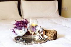 在床上供应的美丽的健康早餐 免版税库存图片