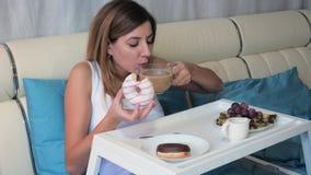 在床上吃在盘子的妇女可口早餐 股票视频
