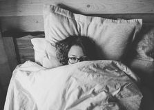 在床上和看您的女孩 库存图片
