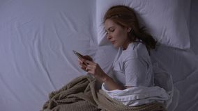 在床上和聊天与男朋友的可爱的妇女在睡觉前 股票录像