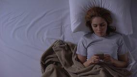 在床上和读从恋人的妇女坏消息消息,寂寞,顶看法 股票视频