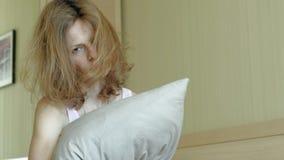 ?? 在床上唤醒妇女 影视素材