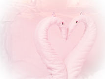 在床上塑造的两只毛巾天鹅 库存照片