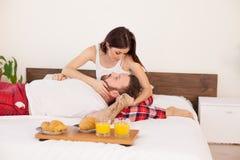 在床上用早餐一对已婚夫妇早晨在卧室 库存图片
