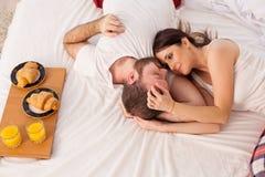 在床上用早餐一对已婚夫妇早晨在卧室 图库摄影