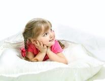 在床上的一个小女孩的画象 库存照片