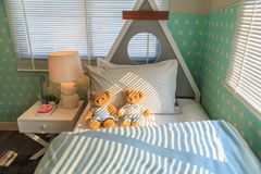 在床上的一个棕色夫妇玩具熊倾斜的白色枕头 库存图片