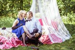 在床上的一对夫妇在草甸 免版税库存图片