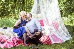 在床上的一对夫妇在草甸 库存照片