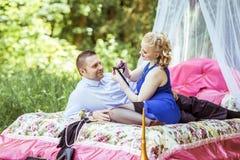 在床上的一对夫妇在草甸 库存图片