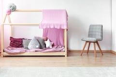 在床上的下落形状的枕头 免版税库存图片