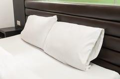 在床上的两个枕头 免版税库存图片