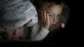 在床上的两个男孩在夜观看的电影  影视素材