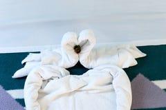 在床上的两只毛巾天鹅在旅馆客房 库存图片