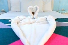 在床上的两只毛巾天鹅在旅馆客房 库存照片