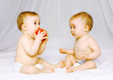 在床上的两婴孩孪生 图库摄影