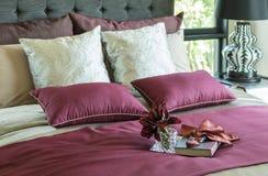 在床上的五颜六色的枕头 免版税库存图片