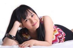 在床上的亚裔妇女 免版税库存图片