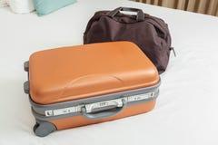 在床上的企业手提箱 库存图片