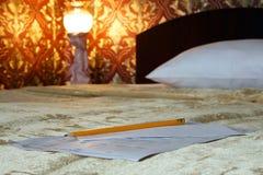 在床上的信件 免版税库存照片