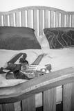 在床上的吉他 免版税库存照片