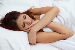 在床上的妇女与极端重音 库存照片