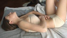 在床上的妇女充满胃痛 股票录像