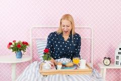 在床上的妇女早餐 免版税库存图片