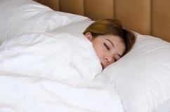 在床上的妇女睡眠 免版税库存图片