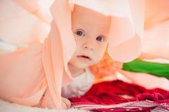 在床上的婴孩在一朵纸花 免版税库存图片