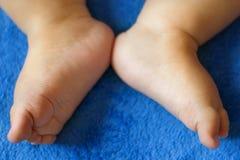 在床上的婴孩腿 免版税库存照片