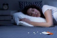 在床上的安眠药 库存图片