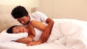 在床上的富感情的夫妇 股票录像