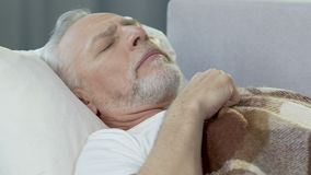 在床上的年长人,麻烦睡眠,看恶梦,紧张 影视素材