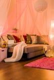 在床上的彩色小灯 库存照片