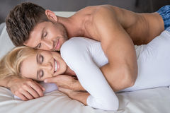 在床上的微笑的中古时期恋人很甜 图库摄影