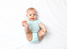 在床上的愉快的新出生的婴孩 免版税库存照片