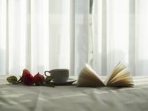 在床上的新鲜的早晨咖啡,精选的焦点 免版税库存照片