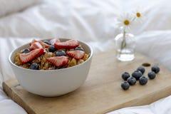 在床上的早餐 免版税图库摄影