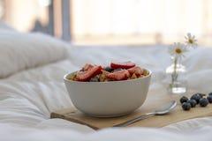 在床上的早餐 免版税库存照片