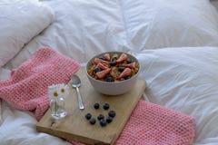 在床上的早餐 图库摄影