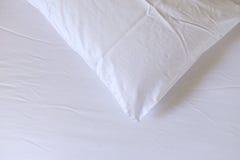 在床上的枕头 免版税库存照片