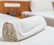 在床上的毛巾 免版税图库摄影