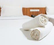 在床上的毛巾 免版税库存图片