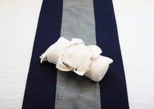 在床上的毛巾 免版税库存照片