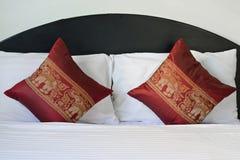 在床上的泰国样式大象样式枕头 免版税库存照片