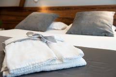 在床上的浴巾在一间豪华旅馆屋子 免版税库存图片